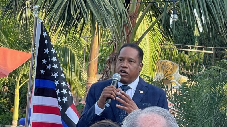 Larry Elder dando un discurso en una recaudación de fondos en Long Beach, California, el 29 de agosto de 2021. (Roger Simon/The Epoch Times)