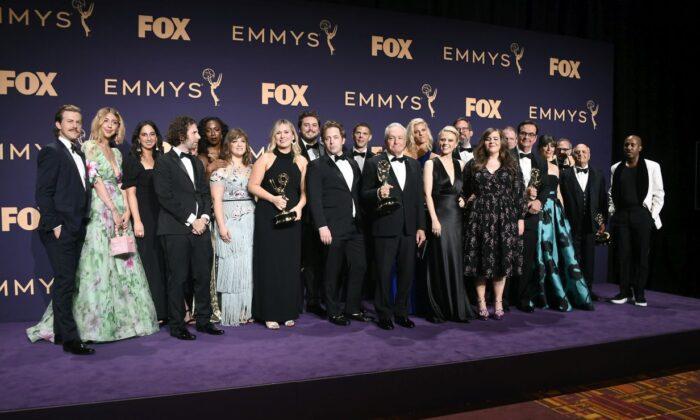 """Condado de LA defiende los Emmy: Excepción de mascarillas está bien en """"producciones televisivas''"""