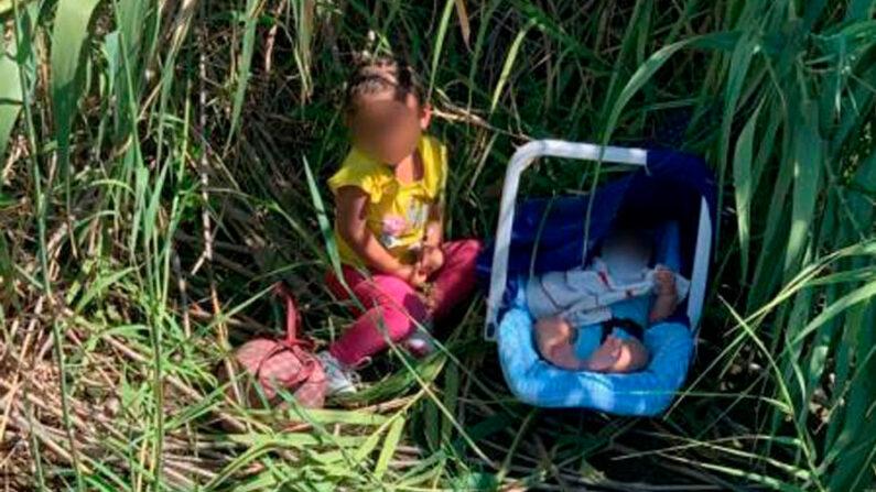 Fotografía cedida por la Oficina de Aduanas y Protección Fronteriza (CBP) donde aparecen dos hermanos hondureños, una niña de dos años y un bebé de tres meses de edad, abandonados en el fronterizo Río Grande cerca de Eagle Pass, Texas (EE.UU.). EFE/CBP