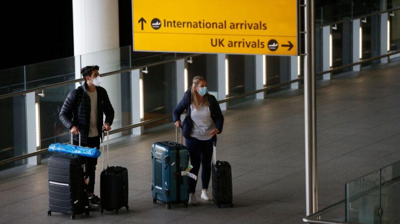 Viajeros llegan al aeropuerto de Heathrow el 17 de enero de 2021 en Londres, Inglaterra. (Hollie Adams/Getty Images)