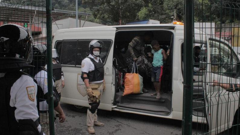 Miembros del Instituto Nacional de Migración (INM) llevan a cabo un operativo para detener a migrantes, en su mayoría procedentes de Haití, el 11 de septiembre de 2021, en la ciudad de Tapachula, en el estado de Chiapas (México). EFE/ Juan Manuel Blanco