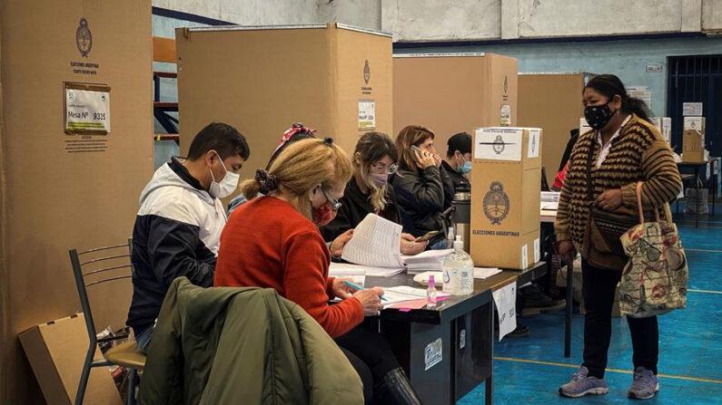 Una mujer llega a un puesto de votación durante la jornada de elecciones primarias el 12 de septiembre de 2021, en Buenos Aires (Argentina). EFE/Juan Ignacio Roncoroni