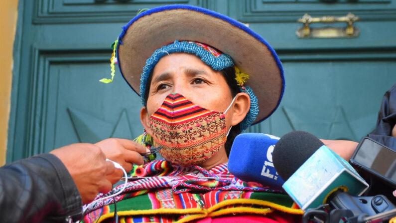 La exdiputada del gobernante Movimiento Al Socialismo (MAS) Lidia Patty habla con la prensa en la Plaza Murillo, en La Paz (Bolivia), el 13 de septiembre de 2021. EFE/Stringer