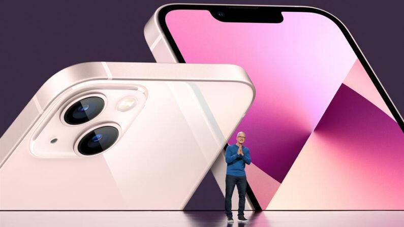 Fotografía cedida por Apple Inc. en la que se ve al director ejecutivo de la empresa, Tim Cook, durante la presentación del nuevo iPhone 13, este 14 de septiembre de 2021, en Apple Park en Cupertino, California. EFE/Apple Inc.