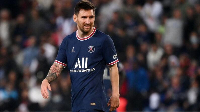 El delantero argentino del París Saint-Germain, Lionel Messi, reacciona durante el partido de fútbol de la L1 francesa entre el París-Saint Germain (PSG) y el Olympique Lyonnais en el Estadio del Parque de los Príncipes en París el 19 de septiembre de 2021. (Franck Fife/AFP vía Getty Images)