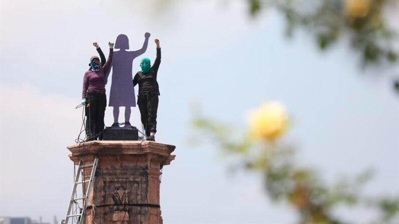 """Colectivos feministas instalaron este sábado 25 de septiembre de 2021 una estatua en honor a """"las mujeres que luchan"""" en el pedestal donde el Gobierno de la Ciudad de México retiró el año pasado la efigie de Cristóbal Colón. EFE/ Sáshenka Gutiérrez"""