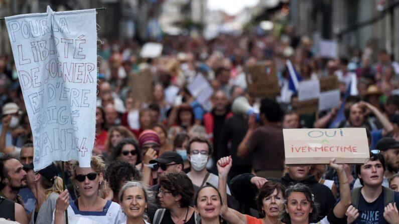 Manifestantes sostienen pancartas y cantan consignas mientras marchan durante una manifestación en Nantes, oeste de Francia, el 18 de septiembre de 2021. (Sebastien Salom-gomis/AFP vía Getty Images)