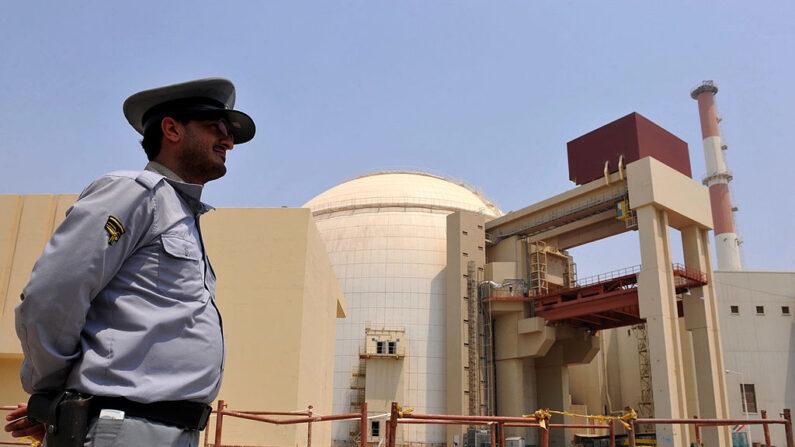 Esta imagen facilitada por la IIPA (Agencia Internacional de Fotografía de Irán) muestra una vista del edificio del reactor de la central nuclear de Bushehr, construida por Rusia, mientras se carga el primer material, el 21 de agosto de 2010, en Bushehr, al sur de Irán. (Foto de IIPA a través de Getty Images)
