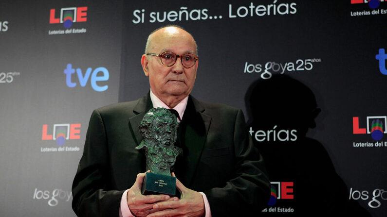 El director español Mario Camus asiste al photocall de la sala de prensa tras ganar el Premio Goya de Honor durante la ceremonia de los 'Premios Goya de Cine' de la edición 2011 en el Teatro Real el 13 de febrero de 2011 en Madrid, España. (Pablo Blazquez Dominguez/Getty Images)