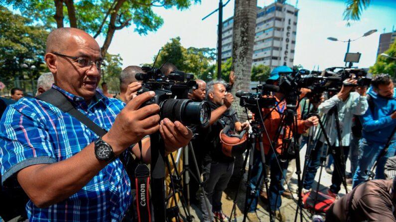 Periodistas cubren la liberación de cinco compañeros extranjeros que fueron detenidos la víspera por las autoridades venezolanas, el 31 de enero de 2019. (Juan Barreto/AFP vía Getty Images)