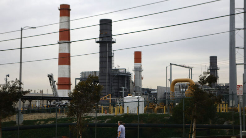 Un hombre pasa por delante de la estación generadora de gas   natural Scattergood el 12 de febrero de 2019 en El Segundo, California. (Mario Tama/Getty Images)