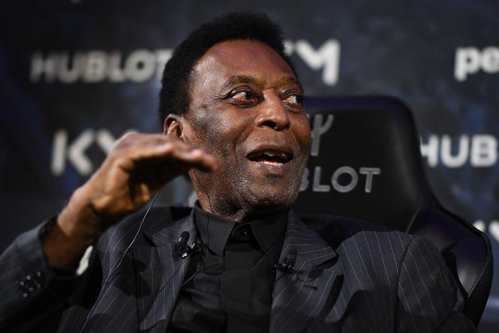 Pelé aparece sonriente durante una sesión de fisioterapia en el hospital
