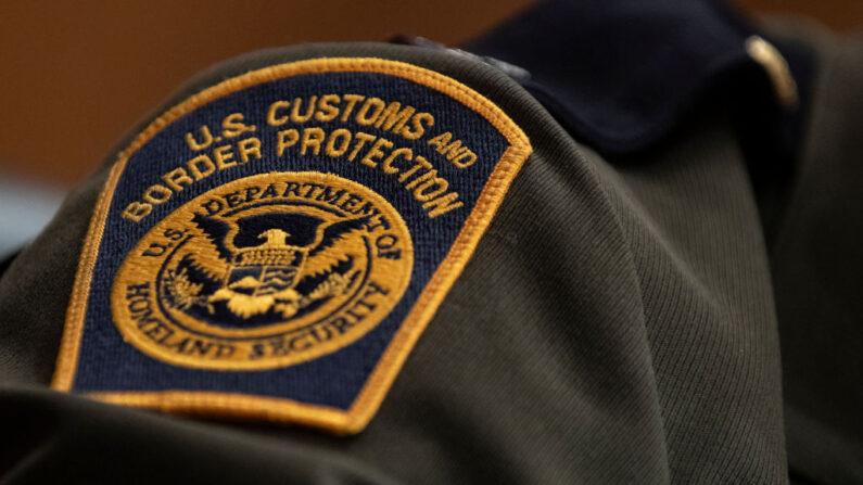 Un parche de la Oficina de Aduanas y Protección Fronteriza de Estados Unidos en el uniforme de un agente jefe del sector del Valle del Río Grande de la Patrulla Fronteriza de Estados Unidos, el 9 de abril de 2019 en Washington, DC. (Alex Edelman/Getty Images)