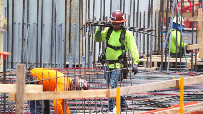 Trabajadores de la construcción en Fort Lauderdale, Florida, el 3 de mayo de 2019. (Joe Raedle/Getty Images)