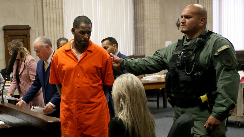 El cantante R. Kelly se da la vuelta para salir después de comparecer en una audiencia en el Tribunal Penal de Leighton el 17 de septiembre de 2019 en Chicago, Illinois. (Antonio Pérez - Pool vía Getty Images)