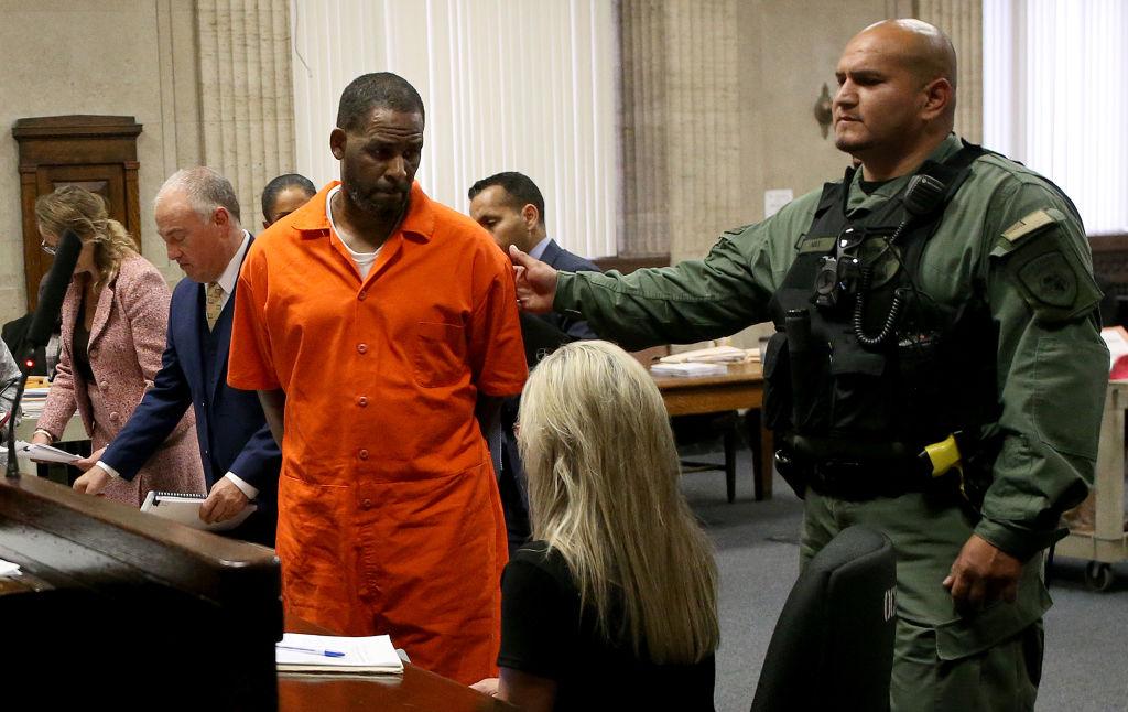 Declaran culpable al cantante R. Kelly por crimen organizado y tráfico sexual
