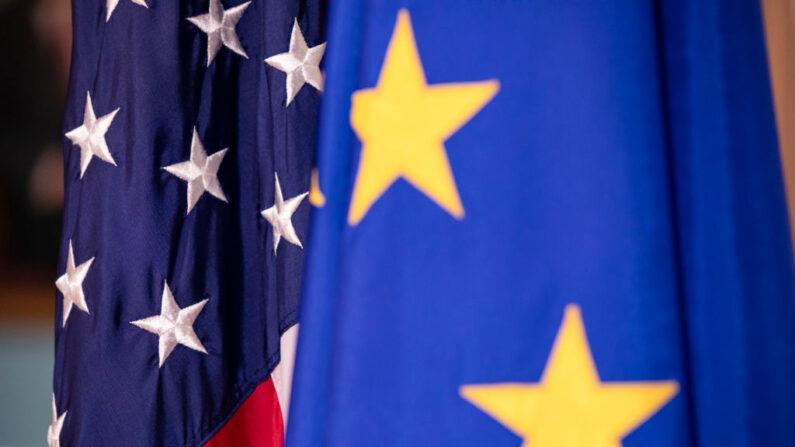 Una foto de archivo con las banderas de EE.UU. y la UE, el 7 de febrero de 2020, en Washington, D.C. (Samuel Corum/Getty Images)