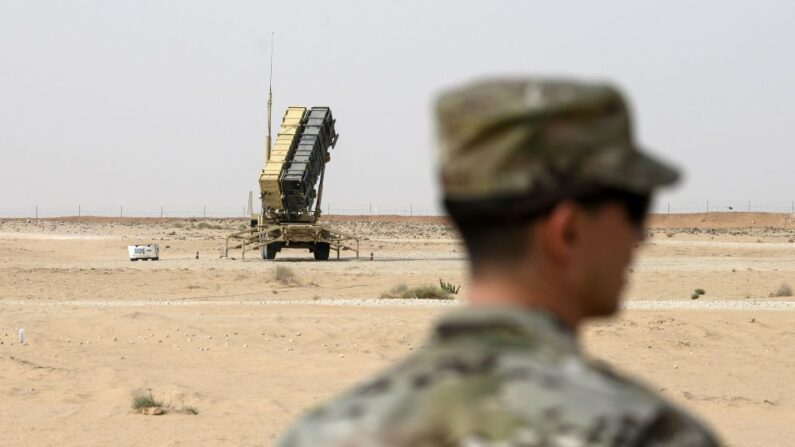 Un miembro de la Fuerza Aérea de Estados Unidos mira cerca de una batería de misiles Patriot en la base aérea Príncipe Sultán en Al-Kharj, en el centro de Arabia Saudita el 20 de febrero de 2020. (Andrew Caballero-Reynolds/Pool/AFP vía Getty Images)