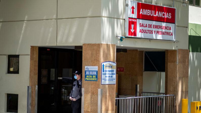 Un agente de seguridad con una prótesis quirúrgica se encuentra frente a la entrada de la sala de emergencias del Ashford Presbyterian Community Hospital en San Juan, Puerto Rico, el 21 de marzo de 2020. (Ricardo Arduengo/AFP vía Getty Images)