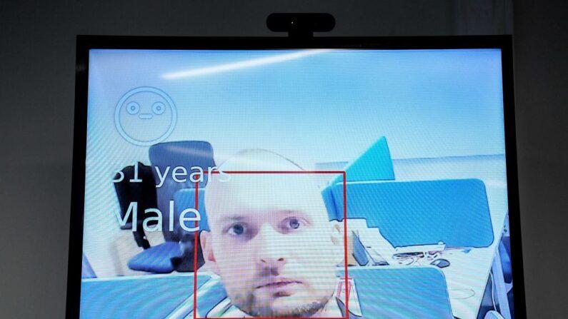 Empleado de una empresa que planea suministrar tecnología de reconocimiento facial, demuestra la aplicación durante una entrevista con AFP el 5 de febrero de 2020. (Kirill Kudryavtsev/ AFP vía Getty Images)
