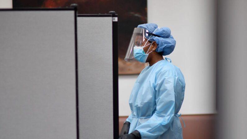 Una enfermera titulada espera para realizar la prueba de anticuerpos COVID-19 a los residentes en la Iglesia Bautista Abisinia en el barrio de Harlem de Nueva York el 14 de mayo de 2020. (Angela Weiss/AFP vía Getty Images)