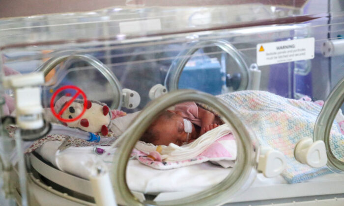 Un bebé recién nacido en una sala de maternidad, en una foto de archivo. (Steve Parsons - Pool/Getty Images)