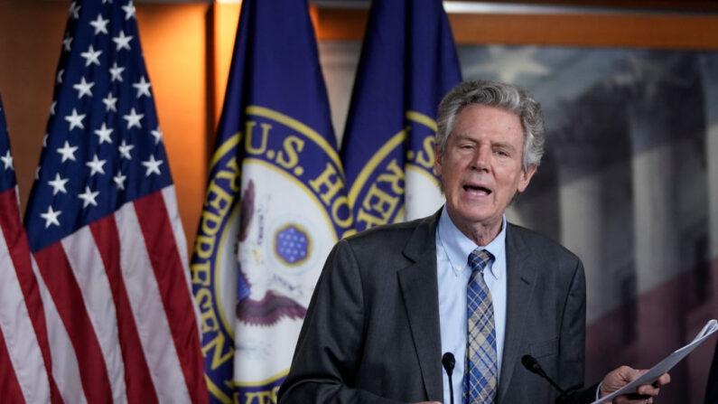 El representante Frank Pallone (D-N.J.)  habla durante una conferencia de prensa en el Capitolio de Estados Unidos en Washington el 27 de mayo de 2020. (Drew Angerer/Getty Images)