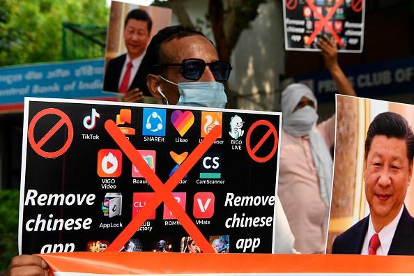 Miembros de Working Journalist of India durante una manifestación contra el periódico chino Global Times en Nueva Delhi, el 30 de junio de 2020, sostienen pancartas que instan a los ciudadanos a eliminar las aplicaciones chinas y a dejar de usar productos chinos. (Prakash Singh/AFP vía Getty Images)
