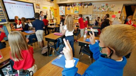 Los CDC endurecieron órdenes de mascarillas en escuelas tras presión de un sindicato de profesores
