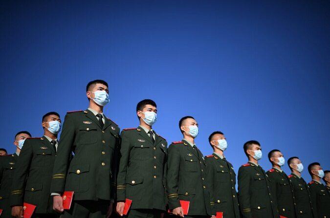 Oficiales de la policía paramilitar china se reúnen en la plaza de Tiananmen en Beijing, China, el 23 de octubre de 2020. (Noel Celis/AFP vía Getty Images)