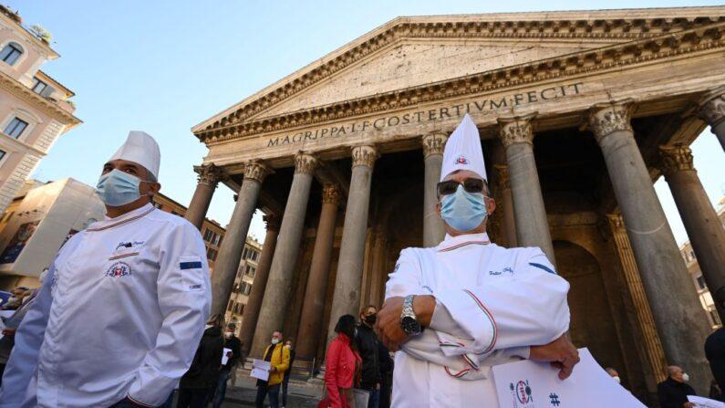 Cocineros italianos, con mascarillas y respetando las directrices de la distancia social, participan en una protesta en la plaza del Panteón de Roma el 28 de octubre de 2020, contra el reciente endurecimiento de las restricciones gubernamentales a nivel nacional contra el coronavirus que tratan de detener la pandemia de la COVID-19. (Foto de VINCENZO PINTO/AFP vía Getty Images)