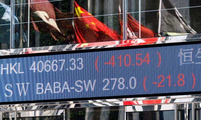 El precio de las acciones de Alibaba Group Holding Ltd (BABA-SW) cae en la Bolsa de Valores de Hong Kong, el 4 de noviembre de 2020, después de que la OPI de su ala financiera, Ant Group, se suspendiera la noche anterior. (Anthony Wallace/AFP a través de Getty Images)
