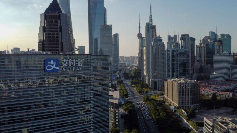 Esta foto aérea muestra el logotipo (I) de la empresa pionera en pagos digitales de China, Alipay, en la manzana de oficinas de su empresa matriz Ant Group en Shanghai el 4 de noviembre de 2020. (Hector Retamal/AFP vía Getty Images)