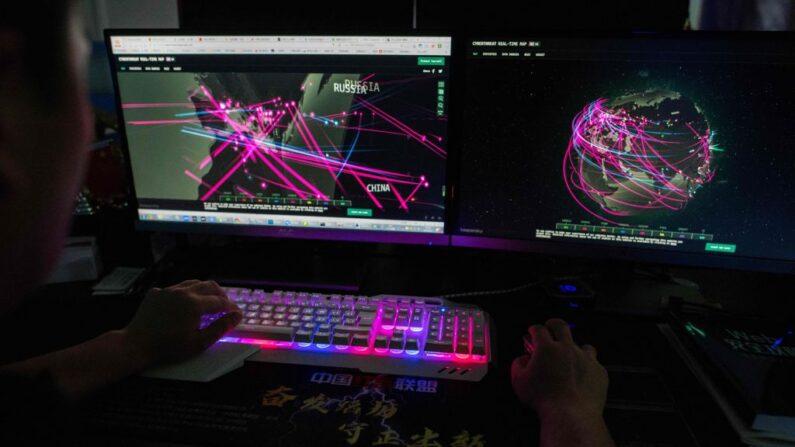 Un miembro del grupo de piratas informáticos, Red Hacker Alliance, utiliza un sitio web que monitorea los ciberataques globales, en una oficina en Dongguan, provincia de Guangdong, al sur de China, el 4 de agosto de 2020. (Nicolas Asfouri/AFP vía Getty Images)