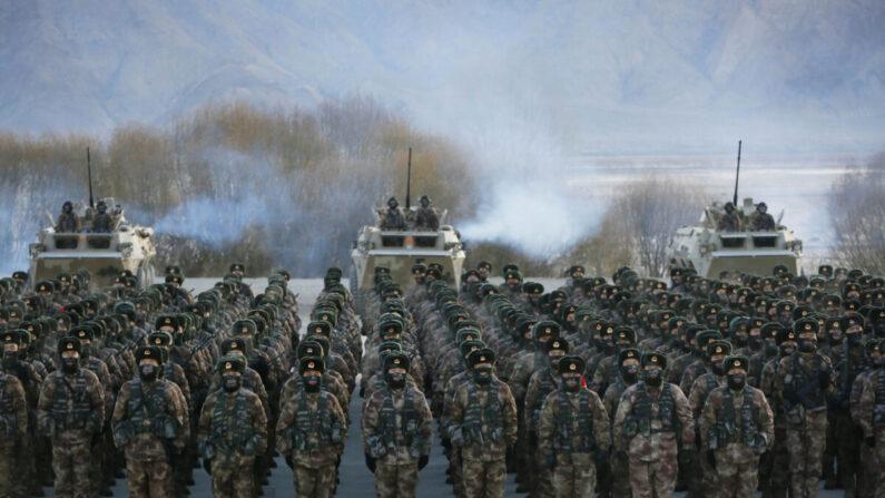Soldados del Ejército Popular de Liberación de China (EPL) durante el entrenamiento militar en las montañas de Pamir en Kashgar, región de Xinjiang, noroeste de China, el 4 de enero de 2021. (STR/AFP a través de Getty Images)