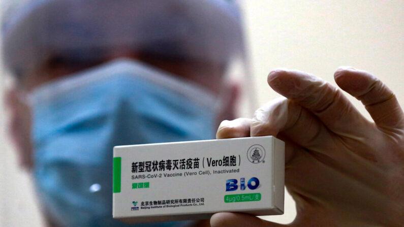 Un trabajador sanitario muestra una dosis de la vacuna china Sinopharm para el COVID-19, en un centro de vacunación en la capital jordana, Ammán, el 13 de enero de 2021. (KHALIL MAZRAAWI/AFP vía Getty Images) The Hashemite kingdom has officially registered more than 305,000 novel coronavirus cases and nearly 4,000 deaths. (Photo by Khalil MAZRAAWI / AFP) (Photo by KHALIL MAZRAAWI/AFP via Getty Images)