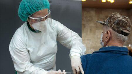 Eslovenia suspende vacuna de J&J tras muerte de joven y estalla protesta masiva en la capital
