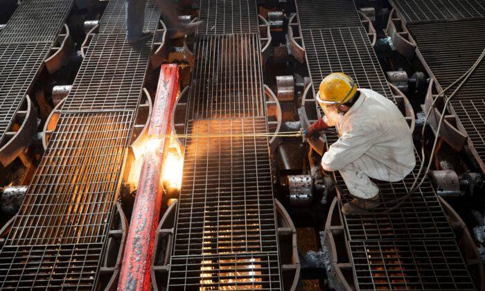 Un obrero trabajando en la elaboración de una barra de hierro en una fábrica metalúrgica de Lianyungang, provincia de Jiangsu, China, el 12 de febrero de 2021. (AFP a través de Getty Images)