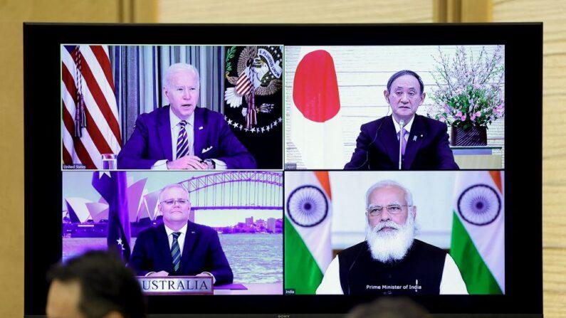 Un monitor muestra una reunión virtual con el presidente estadounidense Joe Biden (arriba a la izquierda), el primer ministro de Australia Scott Morrison (abajo a la izquierda), el primer ministro de Japón, Yoshihide Suga (arriba a la derecha) y el primer ministro de la India, Narendra Modi, durante el diálogo cuadrilátero de seguridad (Quad), en la residencia oficial de Suga en Tokio el 12 de marzo de 2021. (Kiyoshi Ota/POOL/AFP a través de Getty Images)