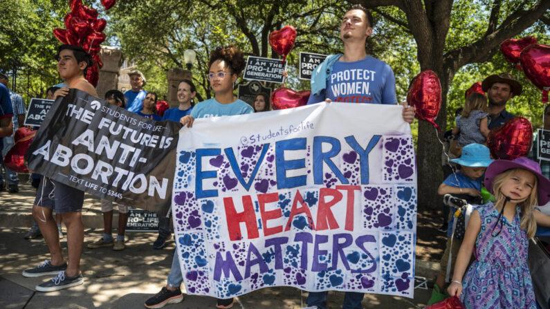 Manifestantes pro-vida cerca de la puerta del capitolio del estado de Texas el 29 de mayo de 2021. (Sergio Flores/Getty Images)