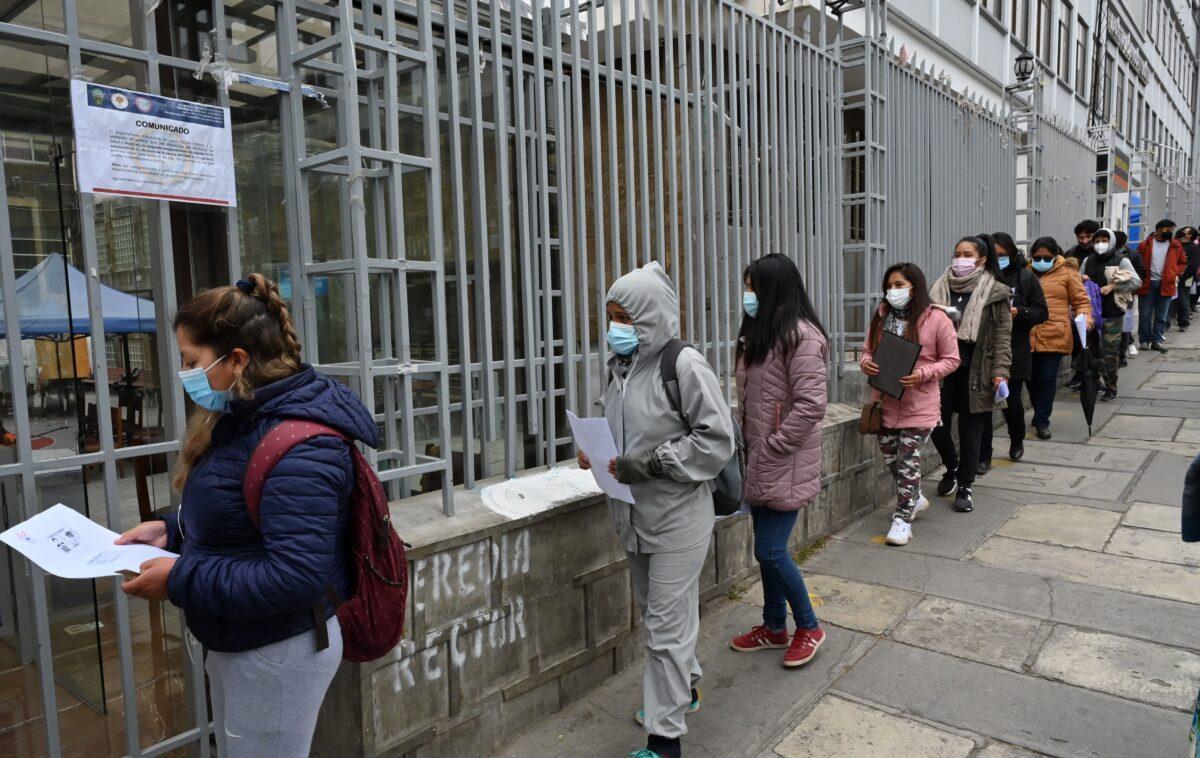 Bolivianos desesperados con el programa de distribución de vacunas del gobierno socialista