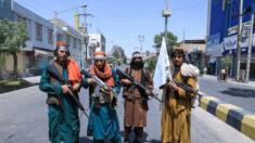 """Talibanes tienen a estadounidenses como """"rehenes"""" en aeropuerto de Afganistán: Legislador del GOP"""