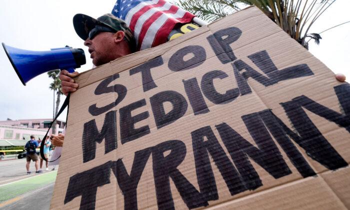 Cientos de personas se reúnen ante el Capitolio de Arizona para manifestarse por la libertad médica
