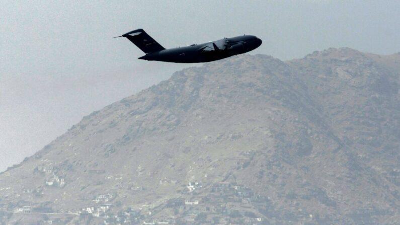 Un avión de la Fuerza Aérea de Estados Unidos despega del aeropuerto de Kabul el 30 de agosto de 2021. (Aamir Qureshi/AFP vía Getty Images)