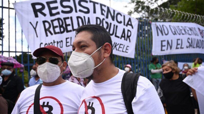 Miembros de organizaciones sociales protestan contra la Ley de Bitcoin aprobada por el gobierno en el Congreso, en San Salvador (El Salvador) el 1 de septiembre de 2021. (Marvin Recinos/AFP vía Getty Images)