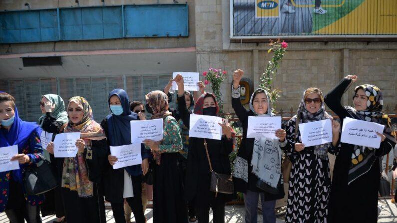 Mujeres afganas participan en una marcha de protesta por sus derechos bajo el régimen talibán en el centro de Kabul (Afganistán) el 3 de septiembre de 2021. (Hoshang Hashimi/AFP vía Getty Images)