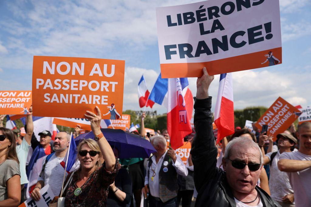 Decenas de miles de personas protestan en Francia en contra del certificado sanitario