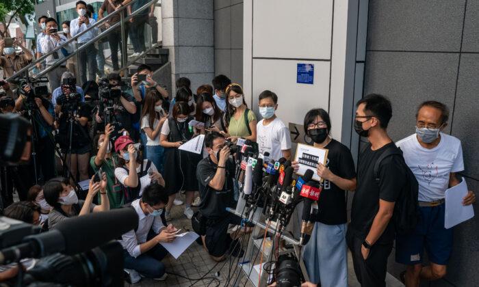 La vicepresidenta de la Alianza de Hong Kong en Apoyo a los Movimientos Patrióticos Democráticos de China, Tonyee Chow Hang-tung, habla con los medios de comunicación frente a la sede de la policía en respuesta a la acusación del Departamento de Seguridad Nacional y a la solicitud de información como agentes extranjeros, en Hong Kong, el 7 de septiembre de 2021. (Anthony Kwan/Getty Images)