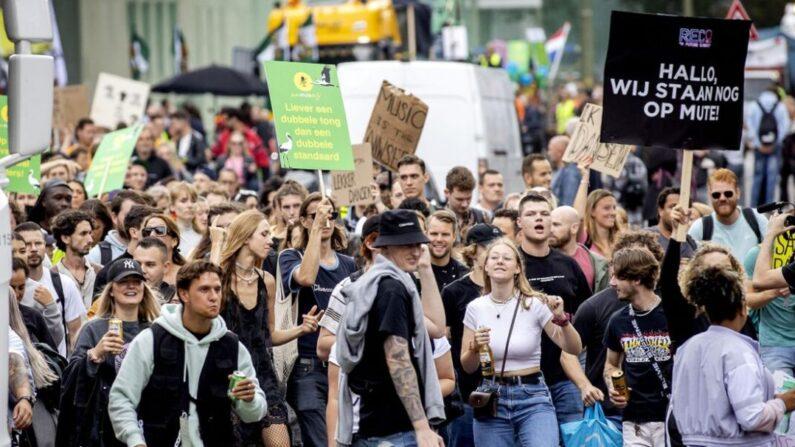 Un grupo de personas participa en la marcha Unmute Us! para protestar contra la política de COVID-19 en los Países Bajos En La Haya, el 11 de septiembre de 2021. (Koen Van Weel/ANP/AFP vía Getty Images)