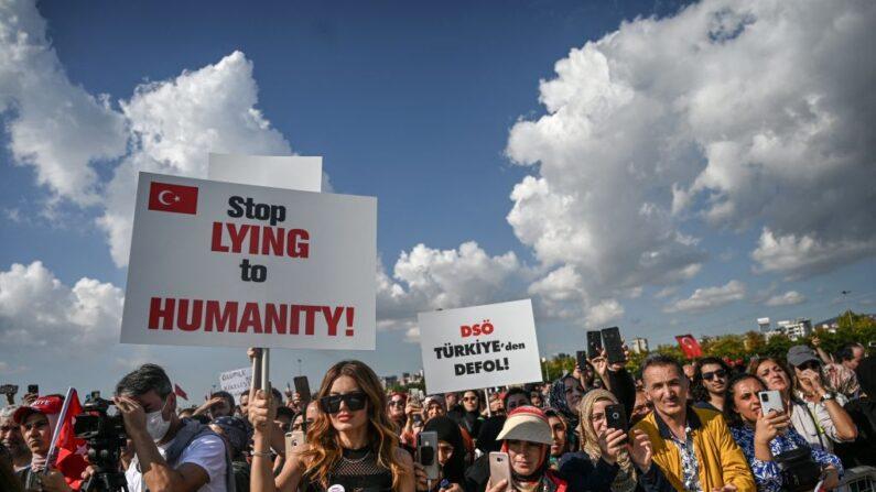 La gente manifiesta contra las órdenes relacionadas con el COVID-19, que incluyen vacunas, pruebas y mascarillas el 11 de septiembre de 2021 en Estambul, Turquía. (OZAN KOSE/AFP vía Getty Images)